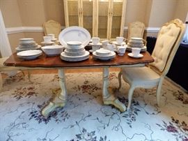 Thomasville table with 1 leaf (another leaf available) Without leaf the table is round