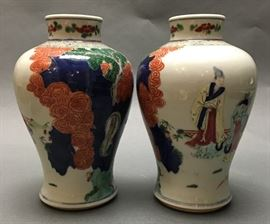 pair of Chinese wucai porcelain meiping vases, Qing dynasty