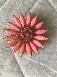 Retro daisy pin