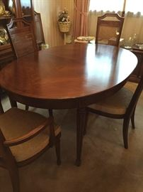 Stunning dining room table and 6 chairs