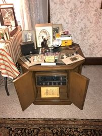 Vintage Magnavox AM/FM Record Player End Table