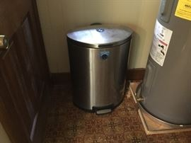 Large waste can in stainless steel with foot pedal