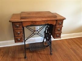 ANTIQUE SEWING MACHINE IN EXCELLENT CONDITION