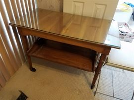 This is a very nice on rollers Tea Cart with removeable Tray on the Bottom.