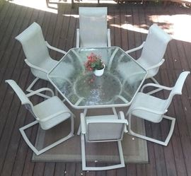 outdoor patio set / glass top table with 6 chairs