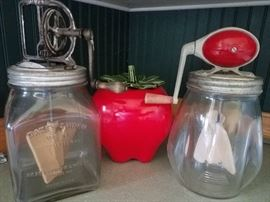 Much vintage household and kitchen items. Daisey churns