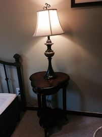 WOOD SIDE TABLE, LOTS OF LAMPS