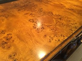 Close up of the veneer on the console table.