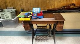 Singer Sewing Machine an cabinet