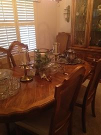 Lovely oval dining table and 6 chairs