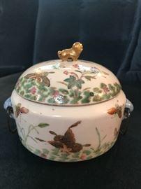 1820'S Chinese Famille rose storage jar.  beautiful painting