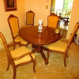 BEAUTIFUL THOMASVILLE DINING ROOM TABLE AND SEATING