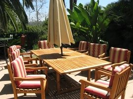 BEAUTIFUL TEAK PATIO TABLE WITH 8 CHAIRS