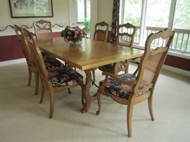 VERY NICE DINING ROOM TABLE AND CHAIRS