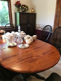 Like new dining table and 6 chairs