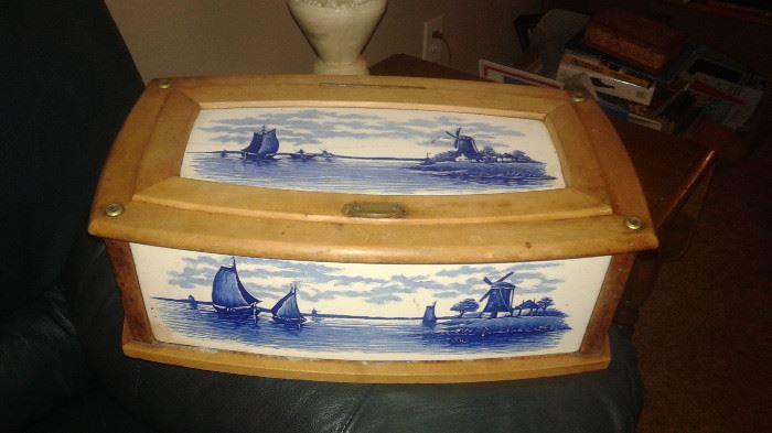 OK, this is a ANTIQUE Villeroy &Bach porcelain breadbox.