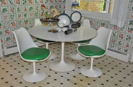Original Vintage Saarinen Tulip Dining table and Chairs by Knoll