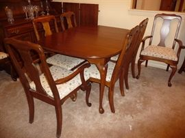 BEAUTIFUL WOOD DINING TABLE WITH 3 LEAFS, PADS & 7 CHAIRS FROM HAMPTON HOUSE FINE FURNITURE