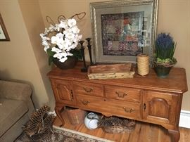 Perfect size buffet, great for dining, or for a tv stand