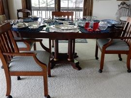 DINING OR KITCHEN TABLE WITH TWO LEAVES AND 4 CHAIRS.