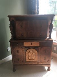 ANTIQUE WOOD CHEST OF DRAWERS/DRESSER