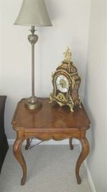 End table Drexel -Heritage with tall lamp, 'Le Ore' Italian clock
