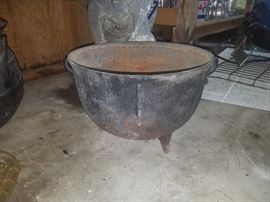 Large cast iron cauldron/pot