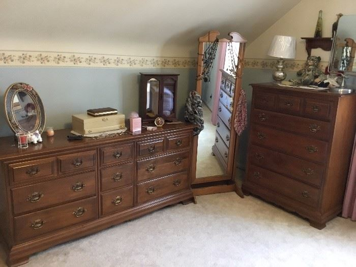 5 pc bedroom set by Heywood Wakefield - Headboard, 2 nightstands, dresser and chest of drawers