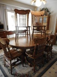 LARGE OAK DINING TABLE & 8 CHAIRS