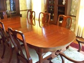 Beautiful vintage HICKORY CHAIR  banquet table with 6 side chairs and 2 arm chairs...has 2 leaves