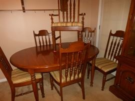 Oval dining table with 6 chairs/3 leaves