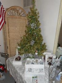 Tinsel Tree, Green /Gold, lighted, 4f feet tall including stand.