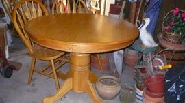 NICE ROUND OAK TABLE AND CHAIRS
