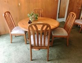 OAK DINING TABLE W/6 CHAIRS