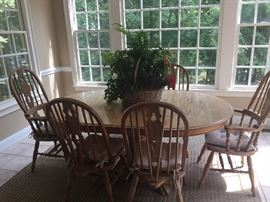 SOLID OAK PEDESTAL BREAKFAST TABLE WITH WINDSOR STYLE CHAIRS