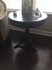 ANTIQUE ROUND PEDESTAL SIDE TABLE WITH CLAW FEET