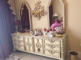 Gorgeous dresser with 2 mirrors