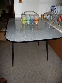 VINTAGE FORMICA KITCHEN TABLE W/DROP LEAF SIDES