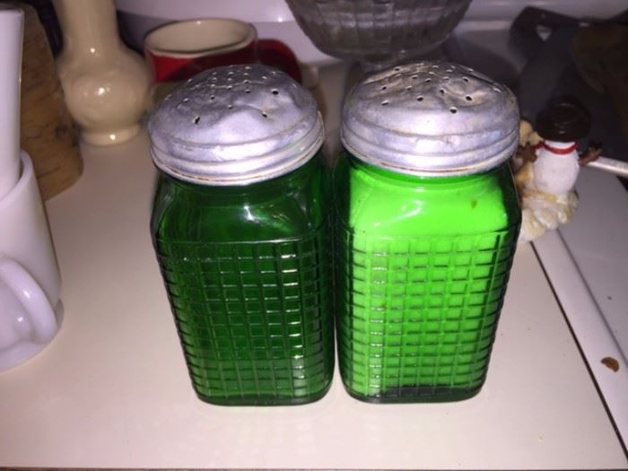 Vintage glass salt/pepper