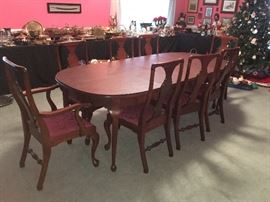 Beautiful Mahogany Craftique dining room table w/ protective cover
