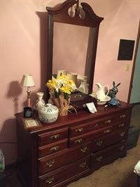 Dresser w/mirror (Broyhill)