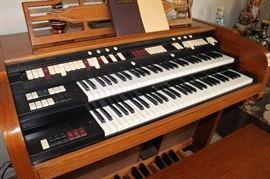 Vintage Lowrey organ w/ speaker