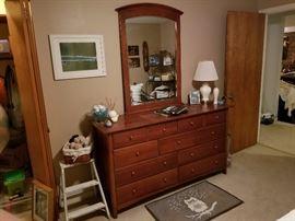 Beautiful Thomasville Dresser & Mirror