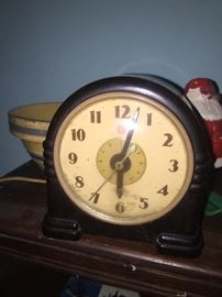 Bakelite clock works but has a small crack in the case