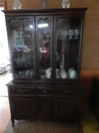 SMALL CHINA HUTCH CABINET WITH MATCHING DINING ROOM TABLE W/CHAIRS