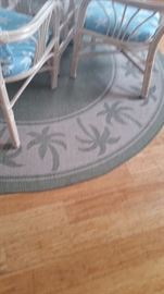Round rug with palm tree print
