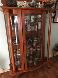 Stunning glass front curio/display cabinet. Beautiful condition!