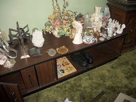coffee table, picture frames and small decor