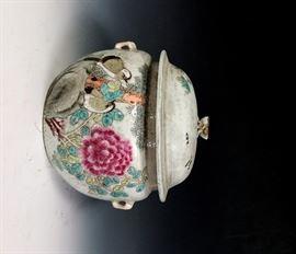 LOT 898 FINE PORCELAIN JAR