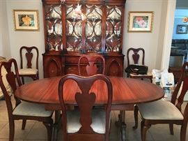 Antique Dining Room Table - 6 Chairs / 2 leafs (40's) Excellent Condition